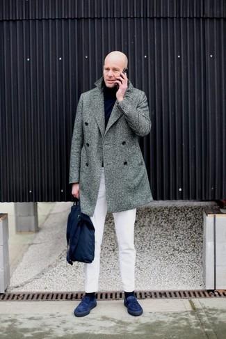 Cómo combinar: mocasín de ante azul marino, pantalón chino blanco, jersey de cuello alto negro, abrigo largo de espiguilla gris