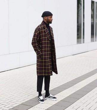 Cómo combinar: tenis de lona negros, pantalón chino negro, jersey de cuello alto negro, abrigo largo a cuadros burdeos