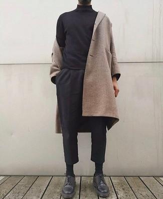 Cómo combinar: zapatos derby de cuero negros, pantalón chino negro, jersey de cuello alto negro, abrigo largo en beige