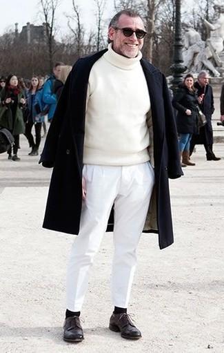 Cómo combinar: zapatos derby de cuero en marrón oscuro, pantalón chino blanco, jersey de cuello alto blanco, abrigo largo negro