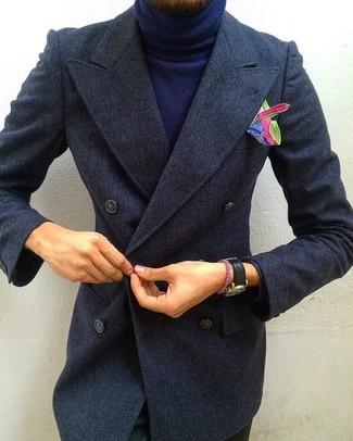 Cómo combinar: pañuelo de bolsillo estampado en multicolor, pantalón chino negro, jersey de cuello alto azul marino, abrigo largo en gris oscuro