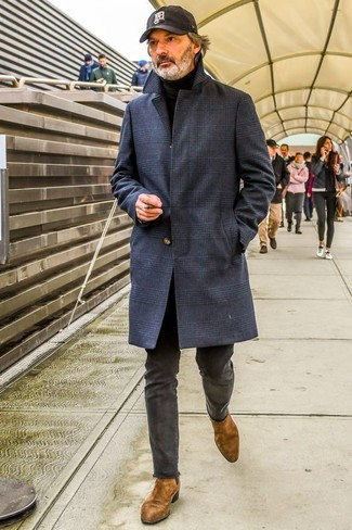 Cómo combinar: botines chelsea de ante marrónes, pantalón chino en gris oscuro, jersey de cuello alto negro, abrigo largo de tartán azul marino