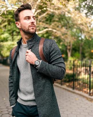 Cómo combinar: mochila de cuero marrón, pantalón chino azul marino, jersey de cuello alto de punto gris, abrigo largo en gris oscuro