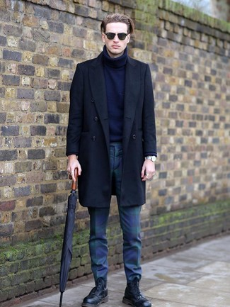 Cómo combinar: botas casual de cuero negras, pantalón chino de tartán en azul marino y verde, jersey de cuello alto de lana azul marino, abrigo largo negro