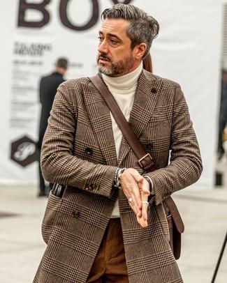 Cómo combinar: bolso mensajero de cuero en marrón oscuro, pantalón chino en tabaco, jersey de cuello alto en beige, abrigo largo de pata de gallo marrón