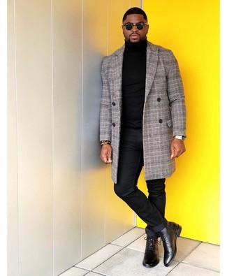 Combinar un reloj dorado: Utiliza un abrigo largo de tartán gris y un reloj dorado transmitirán una vibra libre y relajada. Con el calzado, sé más clásico y haz botas formales de cuero negras tu calzado.