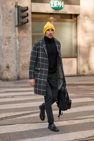 Outfits hombres: Opta por un abrigo largo a cuadros en gris oscuro y un pantalón chino de lana en gris oscuro para crear un estilo informal elegante. Opta por un par de botines chelsea de cuero negros para mostrar tu inteligencia sartorial.