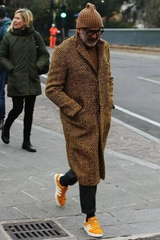 Combinar un pantalón chino en gris oscuro: Elige un abrigo largo de espiguilla marrón y un pantalón chino en gris oscuro para después del trabajo. Si no quieres vestir totalmente formal, elige un par de tenis de ante naranjas.