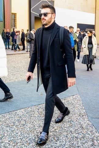 Combinar un jersey de cuello alto de lana negro: La versatilidad de un jersey de cuello alto de lana negro y un pantalón chino negro los hace prendas en las que vale la pena invertir. Con el calzado, sé más clásico y opta por un par de zapatos con doble hebilla de cuero en gris oscuro.