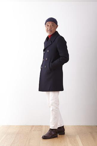 Unas botas safari de vestir con un pantalón chino blanco: Elige un abrigo largo negro y un pantalón chino blanco para crear un estilo informal elegante. Si no quieres vestir totalmente formal, haz botas safari tu calzado.