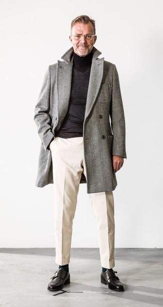 Combinar un abrigo largo de espiguilla gris: Ponte un abrigo largo de espiguilla gris y un pantalón chino en beige para después del trabajo. Usa un par de zapatos con doble hebilla de cuero negros para mostrar tu inteligencia sartorial.