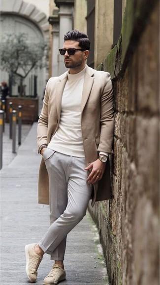 Un abrigo largo de vestir con un jersey de cuello alto blanco para hombres de 30 años: Elige un abrigo largo y un jersey de cuello alto blanco para el after office. Tenis de cuero en beige darán un toque desenfadado al conjunto.