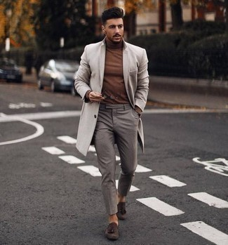 Combinar un jersey de cuello alto marrón: Empareja un jersey de cuello alto marrón con un pantalón chino gris para lidiar sin esfuerzo con lo que sea que te traiga el día. Con el calzado, sé más clásico y elige un par de mocasín con borlas de ante en marrón oscuro.