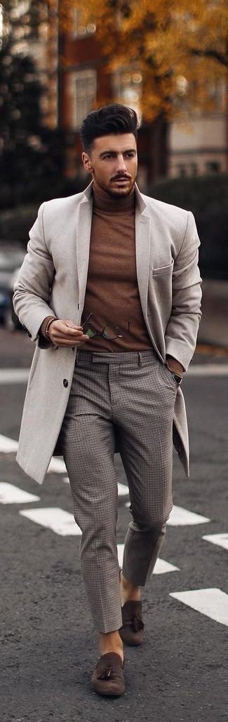 Combinar un jersey de cuello alto marrón: Ponte un jersey de cuello alto marrón y un pantalón chino a cuadros gris para lidiar sin esfuerzo con lo que sea que te traiga el día. ¿Te sientes valiente? Completa tu atuendo con mocasín con borlas de ante en marrón oscuro.