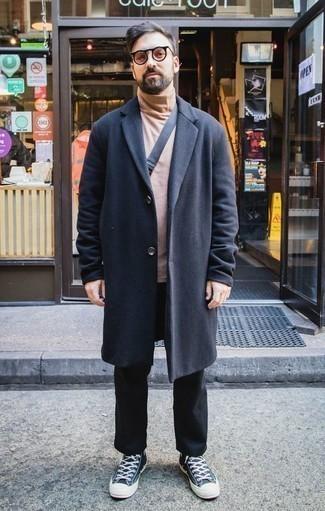 Combinar unas gafas de sol rosadas: Emparejar un abrigo largo azul marino junto a unas gafas de sol rosadas es una opción inmejorable para el fin de semana. Tenis de lona verde oscuro son una opción estupenda para completar este atuendo.