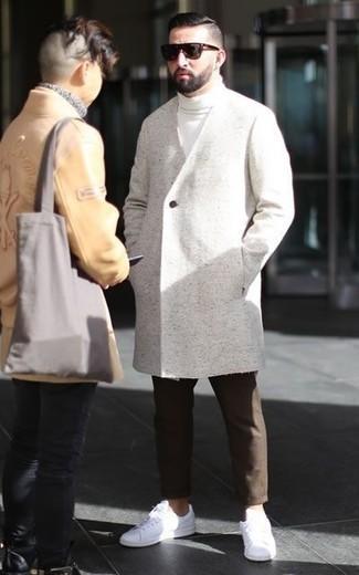 Un abrigo largo de vestir con un jersey de cuello alto blanco para hombres de 30 años: Intenta combinar un abrigo largo junto a un jersey de cuello alto blanco para las 8 horas. ¿Quieres elegir un zapato informal? Complementa tu atuendo con tenis de cuero blancos para el día.