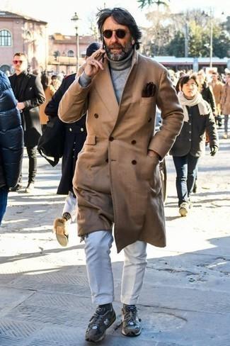 Combinar un jersey de cuello alto gris: Empareja un jersey de cuello alto gris junto a un pantalón chino blanco para conseguir una apariencia relajada pero elegante. ¿Quieres elegir un zapato informal? Complementa tu atuendo con deportivas grises para el día.