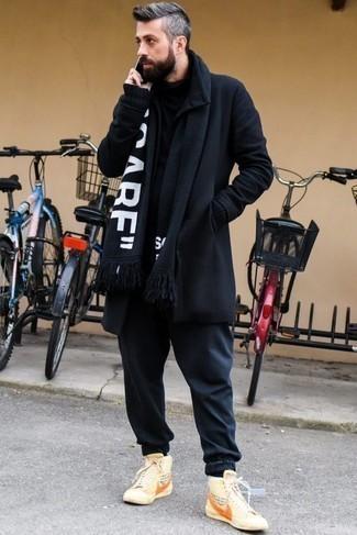Combinar un jersey de cuello alto negro: Intenta ponerse un jersey de cuello alto negro y un pantalón chino azul marino para una vestimenta cómoda que queda muy bien junta. Si no quieres vestir totalmente formal, opta por un par de zapatillas altas de lona estampadas en beige.
