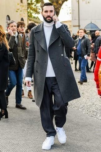 Un abrigo largo de vestir con un jersey de cuello alto blanco para hombres de 30 años: Emparejar un abrigo largo con un jersey de cuello alto blanco es una opción excelente para un día en la oficina. ¿Te sientes valiente? Completa tu atuendo con tenis de cuero blancos.