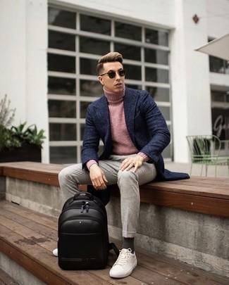 Combinar un jersey de cuello alto rosado: Usa un jersey de cuello alto rosado y un pantalón chino en beige para cualquier sorpresa que haya en el día. Si no quieres vestir totalmente formal, opta por un par de tenis de lona blancos.