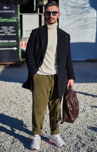 Un abrigo largo de vestir con un jersey de cuello alto blanco para hombres de 30 años: Haz de un abrigo largo y un jersey de cuello alto blanco tu atuendo para el after office. Para darle un toque relax a tu outfit utiliza deportivas grises.
