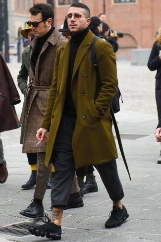Combinar unas deportivas negras: Elige un abrigo largo verde oliva y un pantalón chino en gris oscuro para lograr un look de vestir pero no muy formal. Si no quieres vestir totalmente formal, opta por un par de deportivas negras.