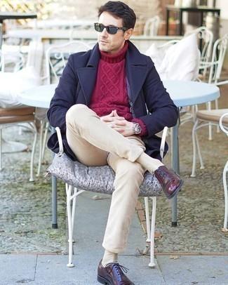 Combinar un abrigo largo azul marino: Intenta ponerse un abrigo largo azul marino y un pantalón chino de pana en beige para lograr un look de vestir pero no muy formal. Complementa tu atuendo con zapatos oxford de cuero burdeos para mostrar tu inteligencia sartorial.