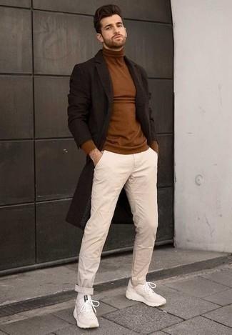 Combinar un abrigo largo en marrón oscuro: Intenta combinar un abrigo largo en marrón oscuro junto a un pantalón chino en beige para el after office. Si no quieres vestir totalmente formal, complementa tu atuendo con deportivas en beige.