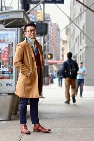 Combinar un pantalón chino azul marino en clima fresco: Elige un abrigo largo marrón claro y un pantalón chino azul marino para lograr un look de vestir pero no muy formal. Activa tu modo fiera sartorial y haz de zapatos brogue de cuero en tabaco tu calzado.