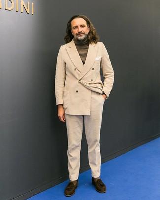 Cómo combinar: mocasín con borlas de ante en marrón oscuro, pantalón chino de pana marrón claro, jersey de cuello alto verde oliva, blazer cruzado de pana marrón claro