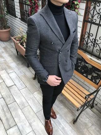 Cómo combinar: mocasín con borlas de cuero marrón, pantalón chino negro, jersey de cuello alto negro, blazer cruzado de lana gris