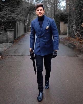 Cómo combinar: botines chelsea de cuero negros, pantalón chino negro, jersey de cuello alto azul marino, blazer cruzado de lana azul