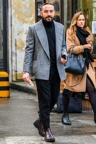 Combinar un jersey de cuello alto negro: Considera ponerse un jersey de cuello alto negro y un pantalón chino negro para una vestimenta cómoda que queda muy bien junta. Con el calzado, sé más clásico y elige un par de botines chelsea de cuero burdeos.