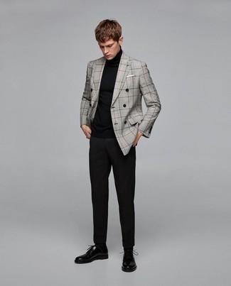 Combinar un blazer cruzado de tartán gris: Destaca entre otros civiles elegantes con un blazer cruzado de tartán gris y un pantalón chino negro. Dale un toque de elegancia a tu atuendo con un par de zapatos derby de cuero negros.