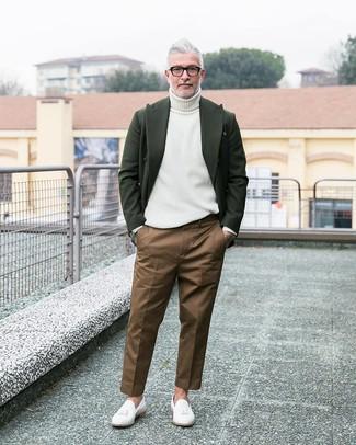 Cómo combinar: mocasín con borlas de cuero blanco, pantalón chino marrón, jersey de cuello alto blanco, blazer de lana verde oscuro