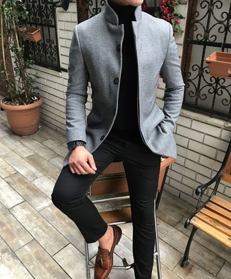 Cómo combinar: mocasín con borlas de cuero marrón, pantalón chino negro, jersey de cuello alto negro, blazer de lana gris
