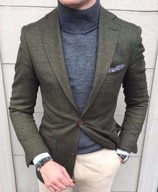 Cómo combinar: pañuelo de bolsillo gris, pantalón chino en beige, jersey de cuello alto gris, blazer de lana verde oliva