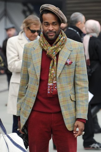 Cómo combinar: gorra inglesa de cuadro vichy marrón, pantalón chino de pana rojo, jersey de cuello alto rojo, blazer de tartán verde oliva