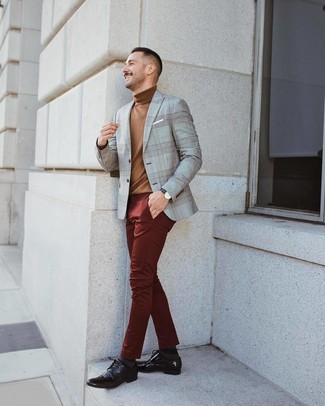 Cómo combinar: zapatos derby de cuero en marrón oscuro, pantalón chino burdeos, jersey de cuello alto marrón, blazer de tartán gris