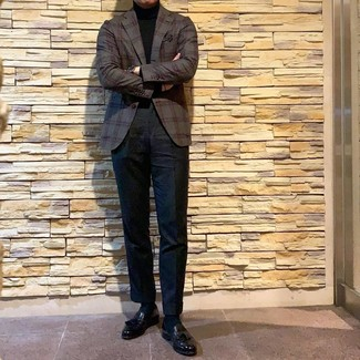 Cómo combinar: mocasín con borlas de cuero negro, pantalón chino negro, jersey de cuello alto negro, blazer de tartán en gris oscuro