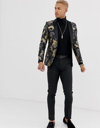 Combinar un mocasín con borlas de ante negro: Empareja un blazer de brocado negro con un pantalón chino negro para crear un estilo informal elegante. Complementa tu atuendo con mocasín con borlas de ante negro para mostrar tu inteligencia sartorial.