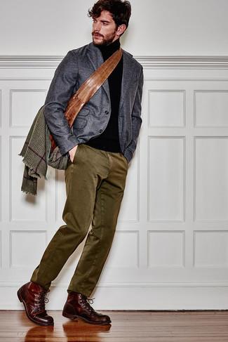 Combinar un blazer de lana en gris oscuro: Emparejar un blazer de lana en gris oscuro junto a un pantalón chino verde oliva es una opción grandiosa para un día en la oficina. Botas casual de cuero burdeos son una opción práctica para complementar tu atuendo.