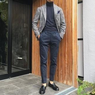Combinar un pañuelo de bolsillo azul marino: Emparejar un blazer de tartán gris junto a un pañuelo de bolsillo azul marino es una opción inmejorable para el fin de semana. ¿Te sientes valiente? Opta por un par de mocasín de cuero negro.