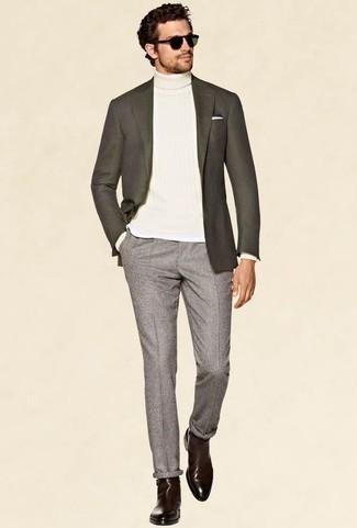 Outfits hombres: Empareja un blazer en gris oscuro con un pantalón chino gris para crear un estilo informal elegante. Usa un par de botines chelsea de cuero burdeos para mostrar tu inteligencia sartorial.