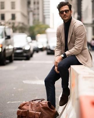 Combinar un jersey de cuello alto: Haz de un jersey de cuello alto y un pantalón chino azul marino tu atuendo para una apariencia fácil de vestir para todos los días. ¿Te sientes valiente? Opta por un par de mocasín de ante en marrón oscuro.