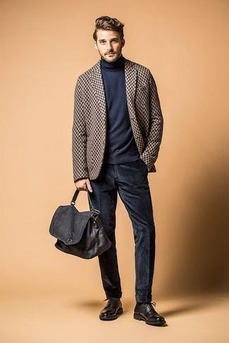Combinar un jersey de cuello alto: Intenta combinar un jersey de cuello alto con un pantalón chino de pana azul marino para lidiar sin esfuerzo con lo que sea que te traiga el día. Zapatos derby de cuero en marrón oscuro son una forma sencilla de mejorar tu look.