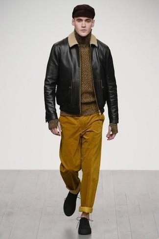 Cómo combinar: zapatos derby de ante negros, pantalón chino de pana en tabaco, jersey de cuello alto de lana verde oliva, cazadora de aviador de cuero negra