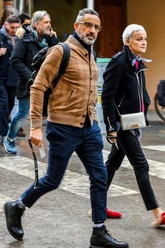 Cómo combinar: botas casual de cuero negras, pantalón chino azul marino, jersey de cuello alto azul marino, cazadora de aviador de cuero marrón claro