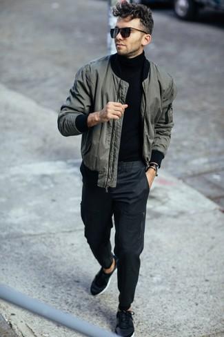 Combinar un pantalón chino en gris oscuro: Equípate una cazadora de aviador verde oscuro junto a un pantalón chino en gris oscuro para conseguir una apariencia relajada pero elegante. Haz este look más informal con tenis negros.