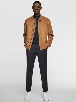 Outfits hombres: Para crear una apariencia para un almuerzo con amigos en el fin de semana empareja una cazadora de aviador de ante marrón claro con un pantalón chino azul marino. Si no quieres vestir totalmente formal, elige un par de tenis de cuero blancos.